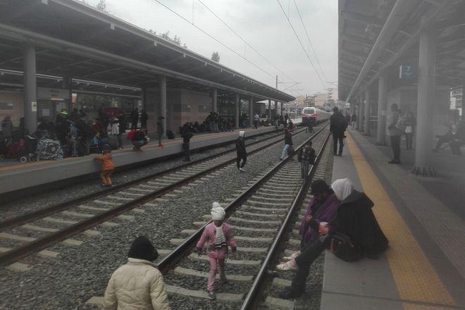 Πρόσφυγες έκαναν κατάληψη στον Σταθμό Λαρίσης