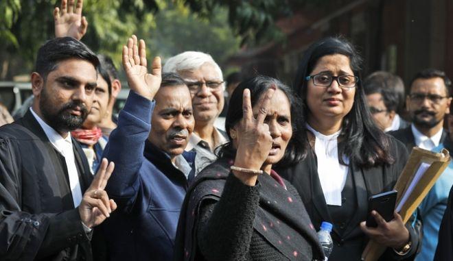 Η Asha Devi, μητέρα του θύματος βιασμού και δολοφονίας το 2012, έξω από το δικαστήριο
