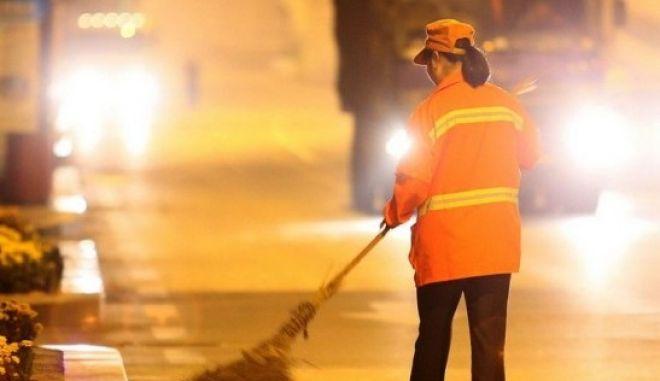 Είναι εκατομμυριούχος και καθαρίζει δρόμους