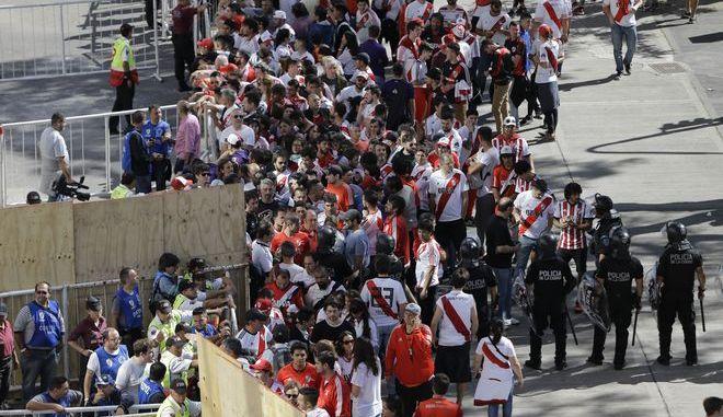 Οπαδοί της River Plate έξω από το στάδιο Antonio Vespucio Liberti