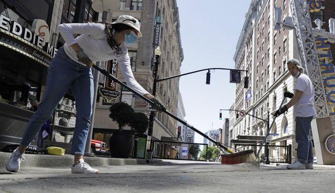 Εθελοντές καθαρίζουν τους δρόμους της Νέας Υόρκης