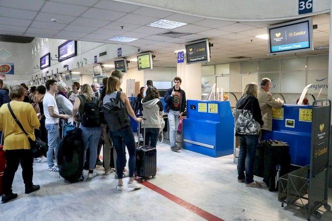 Τουρίστες στο αεροδρόμιο του Ηρακλείου μετά την αναγγελία της χρεοκοπίας του ταξιδιωτικού γραφείου Thomas Cook την Δευτέρα 23 Σεπτεμβρίου 2019.