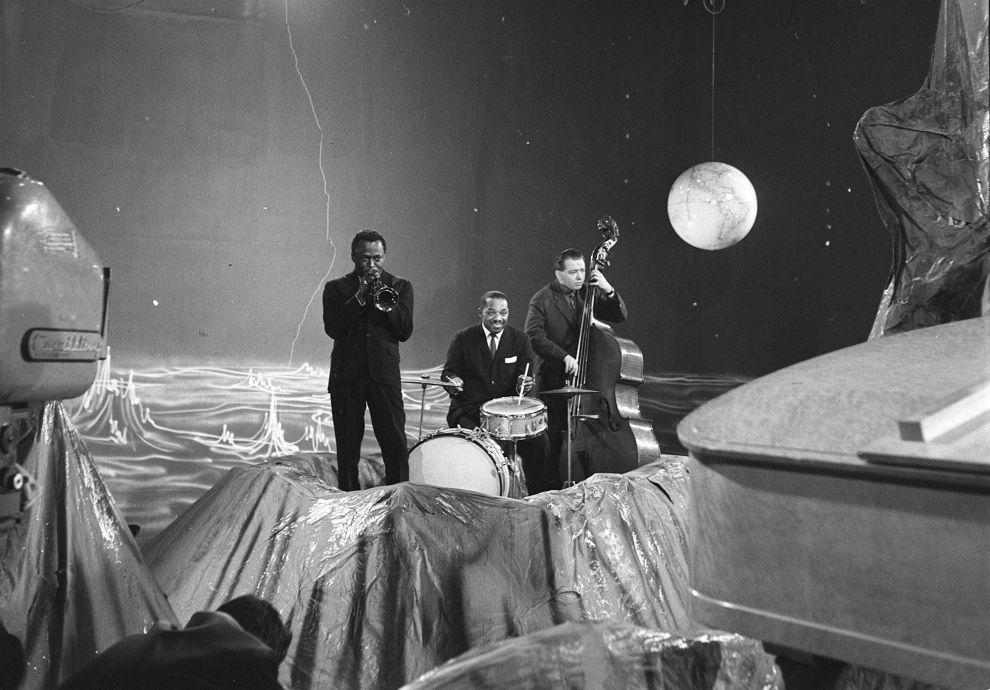 Ο Μάιλς Ντέιβις στην τρομπέτα, ο Κένι Κλαρκ στα τύμπανα και ο Πιέρ Μισελό στο κοντραμπάσο (7/12/1957)