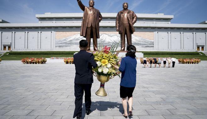 Τα αγάλματα των Κιμ Ιλ Σουνκ και Κιμ Γιονγκ Ιλ στον λόφο Μουνσού στην Πιονγιανγκ