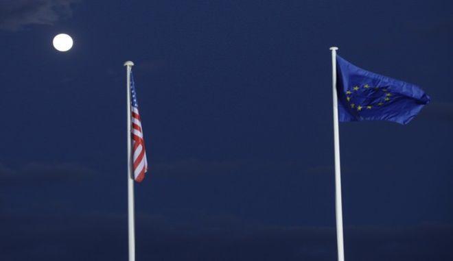 Σημαίες ΗΠΑ και Ευρωπαϊκής Ένωσης