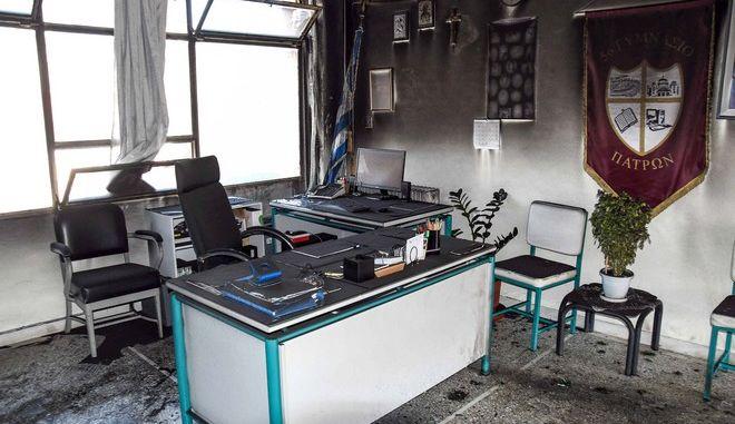 Καταστροφές από την επίθεση με βόμβες μολότοφ στο γραφείο του διευθυντή του 5ου Γυμνασίου Πάτρας