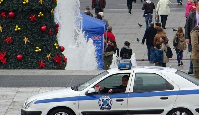 Περιπολικό της αστυνομίας μπροστά από το χριστουγεννιάτικο δέντρο στο Σϋνταγμα την Πέμπτη 10 Δεκεμβρίου 2015. (EUROKINISSI/ΓΙΩΡΓΟΣ ΚΟΝΤΑΡΙΝΗΣ)