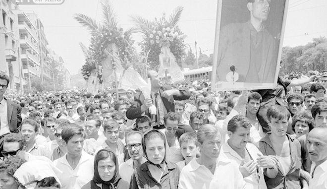 Διαδηλωτές κρατούν φωτογραφία του Σωτήρη Πέτρουλα στην πομπή της κηδείας του.