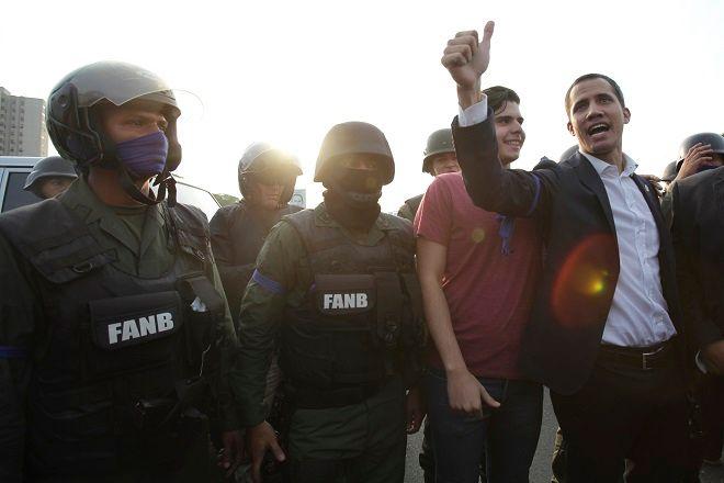 Ο Γκουαϊδό έξω από την βάση στο Καράκας.