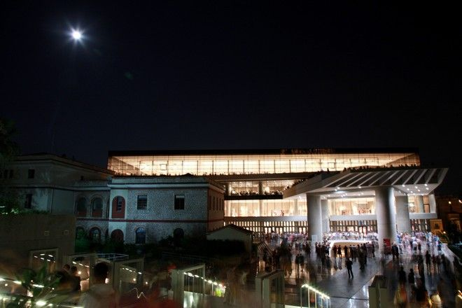 Αυγουστιάτικη πανσέληνος πάνω από το Μουσείο της Ακρόπολης