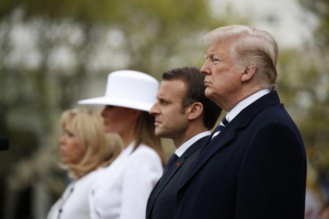Οι Πρόεδροι Μακρόν και Τραμπ, μετά των συζύγων τους στην τελετή άφιξης στον Λευκό Οίκο