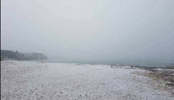 Χιόνισε ως και την παραλία της Χαλκιδικής