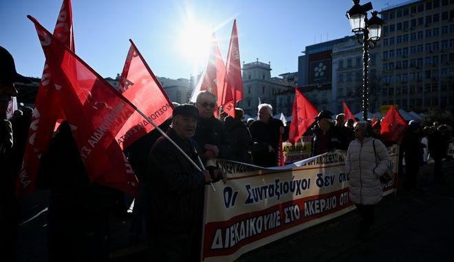 Πορεία διαμαρτυρία στο ΣΤΕ και στο ΥΠΟΙΚ από συνταξιουχικές οργανώσεις