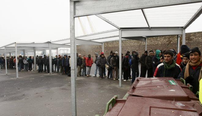 Στους μετανάστες προσφέρεται  φαγητό από τον φιλανθρωπικό οργανισμό στο Calais, στη βόρεια Γαλλία, τη Δευτέρα, 8 Φεβρουαρίου 2019.