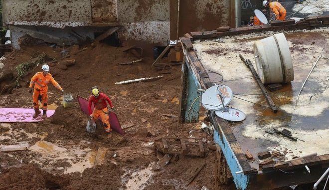 Πυροσβέστες και διασώστες αναζητούν επιζώντες μετά τις κατολισθήσεις που σημειώθηκαν στην πολιτεία Μίνας Ζεράις της Βραζιλίας