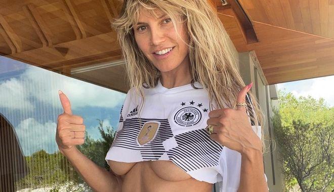 """Η Heidi Klum ποζάρει topless και μας εύχεται """"Καλό Καλοκαίρι"""""""