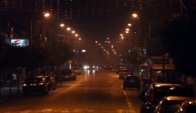 """Σε """"μπελά"""" για τους Τρικαλινούς έχει μετατραπεί το νέφος αιθαλομίχλης που σκεπάζει την πόλη των τικάλων τα τελευταία βράδυα. Το βράδυ της Δευτέρας 28 Ιανουαρίου 2013, σε συνδυασμό με τα υψηλά ποσοστά υγρασίας ήταν και πάλι αποπνικτικό. Στο κέντρο της πόλης το φαινόμενο ήταν ιδιαίτερα έντονο. Εξαιτίας της κρίσης, πολλοί τρικαλινοί  που βρίσκονται σε τραγική οικονομική κατάσταση καίνε ό,τι καίγεται ακόμη και ακατάλληλα είδη ξυλείας, όπως βαμμένα ή βερνικωμένα έπιπλα και μελαμίνες, προκειμένου να ζεσταθούν.  (EUROKINISSI/ΘΑΝΑΣΗΣ ΚΑΛΛΙΑΡΑΣ)"""