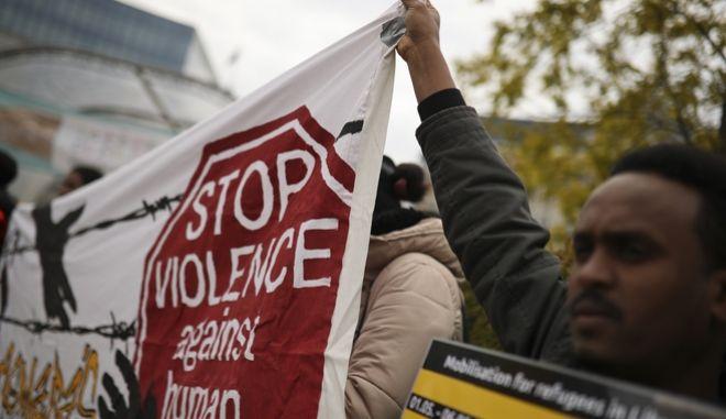 """Διαδήλωση στο Βέλγιο, από Λίβυους για τους συμπατριώτες τους, με σύνθημα """"Σταματήστε τη βία ενάντια στους ανθρώπους"""""""
