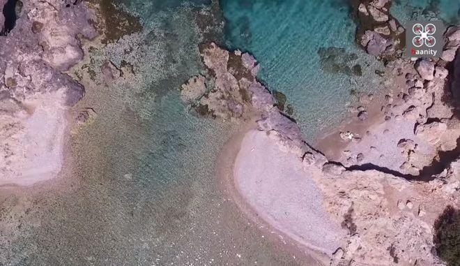 Πόρτο Χέλι: Ο κρυμμένος παράδεισος με τις αντικριστές παραλίες και τη φυσική πισίνα