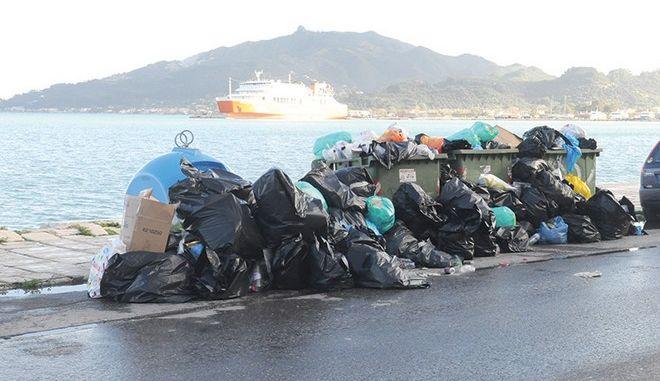 Τα σκουπίδια πνίγουν τη Ζάκυνθο. Χάος στους δρόμους