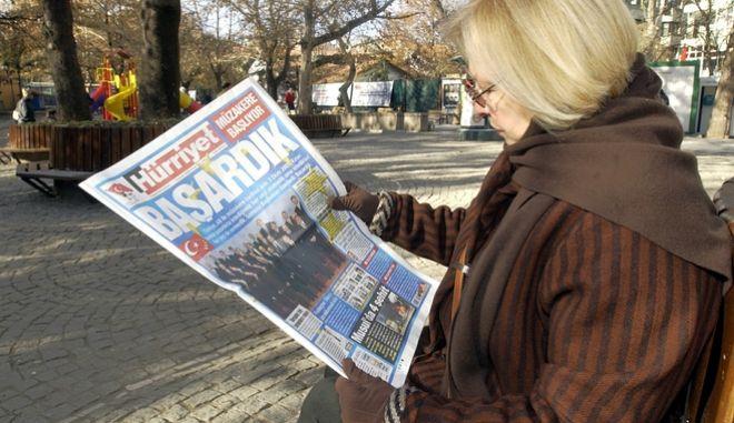 Γυναίκα στην Άγκυρα διαβάζει την Hurriyet