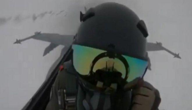 Συγκλονιστική η αντίδραση του πιλότου μετά το χτύπημα του κεραυνού