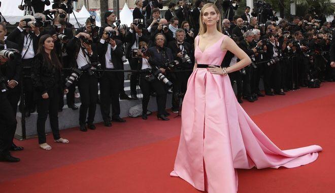Η Fashion designer Chiara Ferragni ποζάρει στους φωτογράφους στο 71ο Φεστιβάλ των Καννών