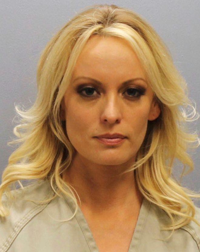 Η Stormy Daniels στο αστυνομικό τμήμα