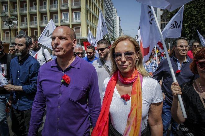 Ο επικεφαλής του ΜΕΡΑ 25 Γιάνης Βαρουφάκης με την συζυγό Δανάη Στράτου στην συγκέντρωση για την Εργατική πρωτομαγιά