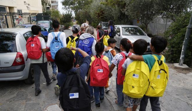 Στιγμιότυπα με προσφυγόπουλα να πηγαίνουν για μάθημα στο 72ο Δημοτικό σχολείο στο Θησείο