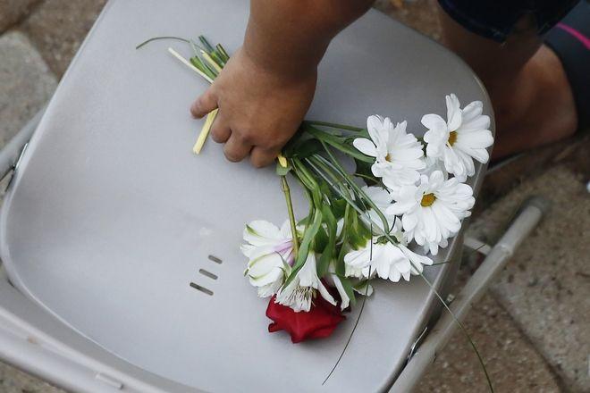 Ένα μπουκέτο λουλούδια στη μνήμη των θυμάτων.