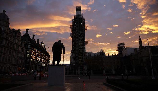 Το άγαλμα του Ουίνστον Τσόρτσιλ έξω από το Βρετανικό Κοινοβούλιο