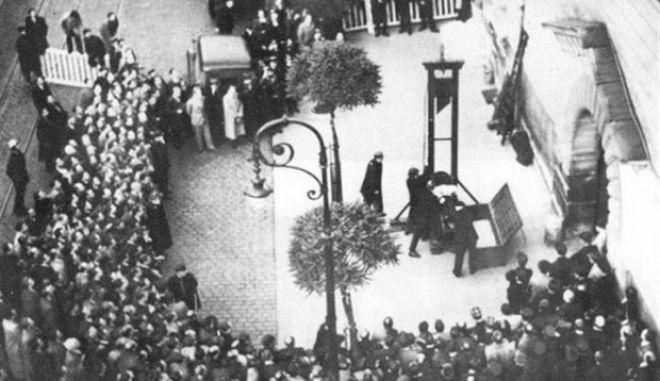 """Μηχανή του Χρόνου: O τελευταίος που αποκεφαλίστηκε δημόσια με γκιλοτίνα στη Γαλλία, ήταν ο """"Γερμανός βρυκόλακας"""". Τον κατέγραψαν σε φιλμ"""
