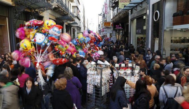 Κόσμος περπατά στον πεζόδρομο της οδού Ερμού την Κυριακή 27 Δεκεμβρίου 2015. Τα εμπορικά καταστήματα είναι ανοιχτά μέχρι το απόγευμα  την τελευταία Κυριακή του χρόνου, στα πλαίσια του εορταστικού ωραρίου. (EUROKINISSI/ΣΤΕΛΙΟΣ ΜΙΙΣΝΑΣ)