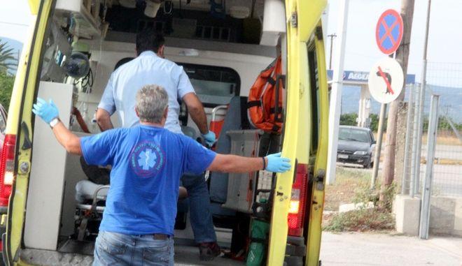 Ασθενοφόρο του ΕΚΑΒ παραλαμβάνει τραυματία. Φωτογραφία αρχείου.