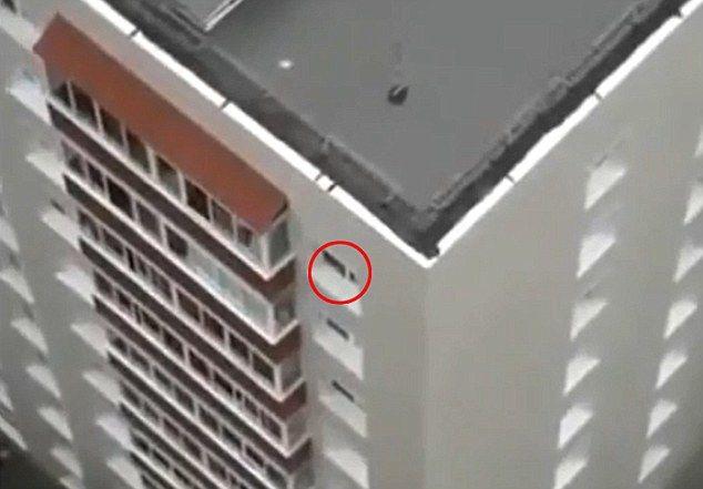 Βίντεο: Μωρό περπατάει στην άκρη περβαζιού στον 8ο όροφο πολυκατοικίας