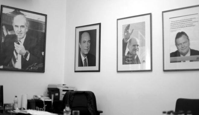 Συνέντευξη τύπου για την Πρόταση Νόμου του ΠΑΣΟΚ για τα υπερχρεωμένα νοικοκυριά παραχώρησαν την Τρίτη 20 Νοεμβρίου ο Γραμματέας της Κοινοβουλευτικής Ομάδας του Κινήματος, Γιάννης Μανιάτης και ο Εισηγητής του ΚΤΕ Ανάπτυξης, Θάνος Μωραΐτης, και ο βουλευτής Χίου Κων/νος.Τριαντάφυλλος. Στο στιγμιότυπο πορτραίτα των προέδρων του ΠΑΣΟΚ. (EUROKINISSI/ΓΙΩΡΓΟΣ ΚΟΝΤΑΡΙΝΗΣ)