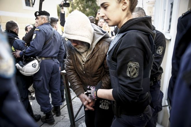 Ο Μανώλης Σοροπίδης, καθ' ομολογίαν δολοφόνος της εφοριακού Δώρας Ζέμπερη, αποχωρεί από τα δικαστήρτια έπειτα από την συμπληρωματική απολογία του στον ανακριτή για τα όσα έχει καταθέσει σε υπόμνημά του, την Τρίτη 18 Ιανουαρίου 2018.  (EUROKINISSI/ΣΤΕΛΙΟΣ ΜΙΣΙΝΑΣ)
