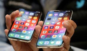 Αριστέρά το iPhone XS, και δεξιά XS Max τα οποία παρουσίαστηκαν από την Apple την Τετάρτη 12 Σεπτεμβρίου 2018. (AP Photo/Marcio Jose Sanchez)