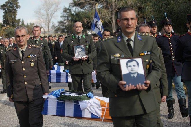 Τελετή παράδοσης των λειψάνων έξι Ελλήνων αγνοουμένων από την τουρκική εισβολή και την περίοδο 63-65, την Τρίτη 19 Ιανουαρίου 2016, στο υπουργέιο ΆΜυνας. Τα λείψανα τα οποία ταυτοποιήθηκαν με την εξέταση γενετικού υλικού, ανήκουν στον Συνταγματάρχη Σωτήριο Σταύρου, τους στρατιώτες Δημήτριο Τσούκα και Ζαχαρία Καρδάρα, τον έφεδρο Ανθυπασπιστή καταδρομέα Νικόλαο Καβροχωριανό, και τους έφεδρους Ανθυπασπιστές Θεοφάνη Λουκάκη και Νικόλαο Τσαγκιρόπουλο. (EUROKINISSI/ΓΙΑΝΝΗΣ ΠΑΝΑΓΟΠΟΥΛΟΣ)