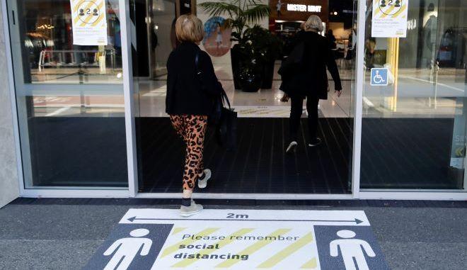 Άνθρωποι εισέρχονται σε εμπορικό κέντρο στην Νέα Ζηλανδία (φωτογραφία αρχείου)