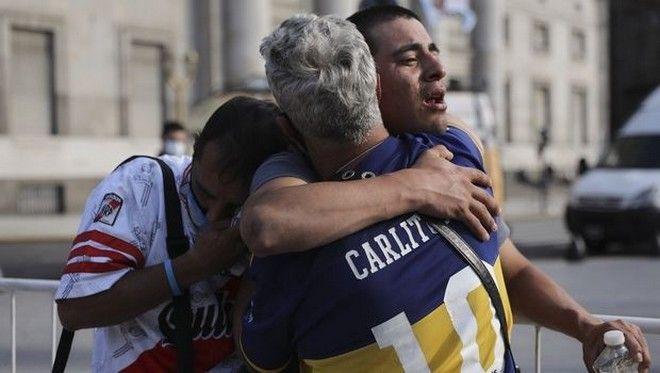 Οπαδοί των Μπόκα Τζούνιορς και Ρίβερ Πλέιτ κλαίνε αγκαλιασμένοι