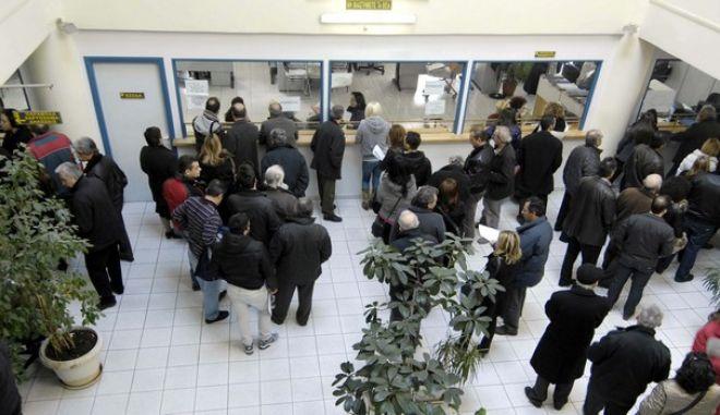 Εκατοντάδες ήταν και την Τετάρτη 29 Φεβρουαρίου 2012 οι Τρικαλινοί που έσπευσαν στην Δ.Ο.Υ. Τρικάλων για να προλάβουν με την λήξη της 48ωρης προθεσμίας, να ενταχθούν σε ρύθμιση χρεών. (EUROKINISSI/ΘΑΝΑΣΗΣ ΚΑΛΛΙΑΡΑΣ)