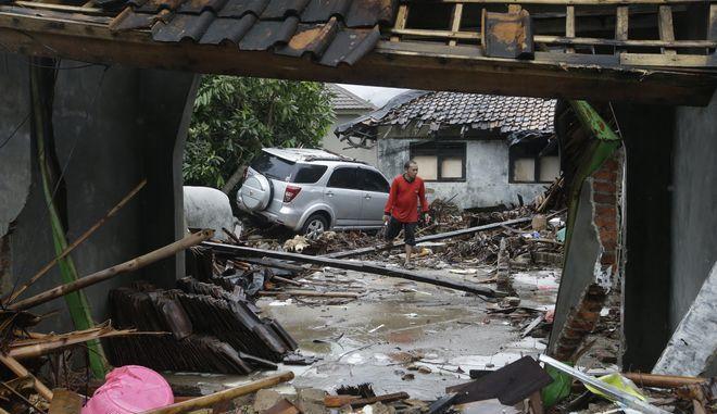 Οι προσπάθειες διάσωσης στην Ινδονησία εμποδίζονται από τις ισχυρές βροχοπτώσεις και τη χαμηλή ορατότητα