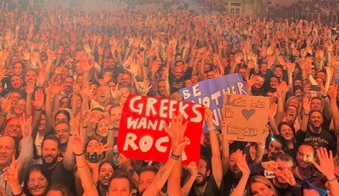 Κόσμος και πανό στη συναυλία του Bryan Adams στο ΟΑΚΑ