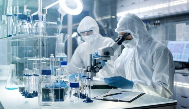 Ερευνητές σε εργαστήριο. Φωτο αρχείου.