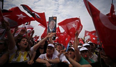 Υποστηρικτές του Μουχαρέμ Ιντζέ στην προεκλογική ομιλία του στην Κωνσταντινούπολη