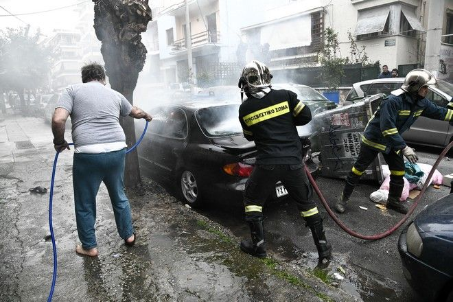 Πυροσβέστες επιχειρούν για την κατάσβεση φωτιάς σε αυτοκίνητο που προκλήθηκε κατά τη διάρκεια επεισοδίων μεταξύ οπαδών στη Νίκαια