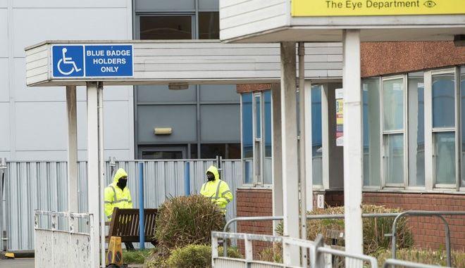Ασφάλεια έξω από τα κτίρια του νοσοκομείου Arrowe Park στο Ηνωμένο Βασίλειο
