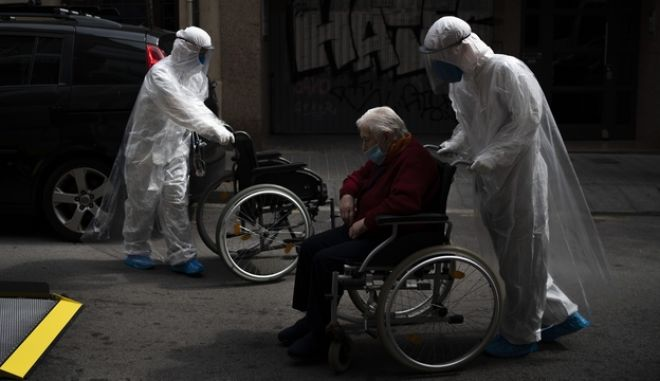 Εθελοντής βοηθά στη μετακίνηση ηλικιωμένων στην Ισπανία